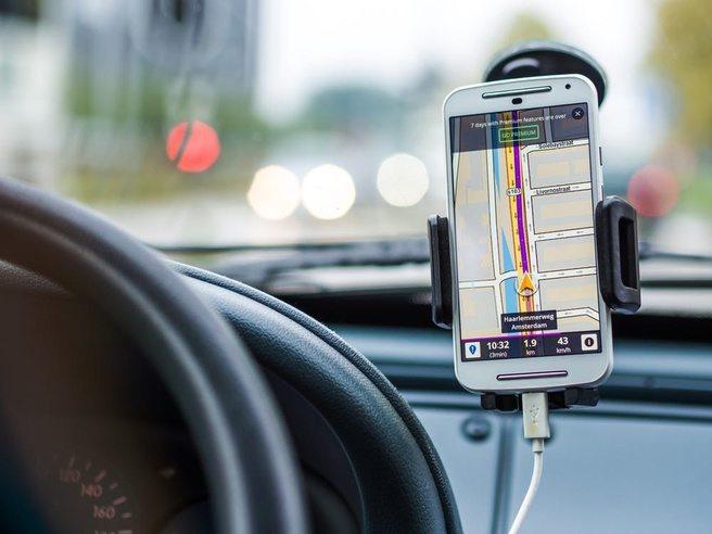 Automobilist mag smartphone wel bedienen maar niet vasthouden