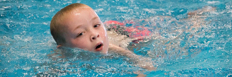 Halfverlamde Jamie haalt zwemdiploma A